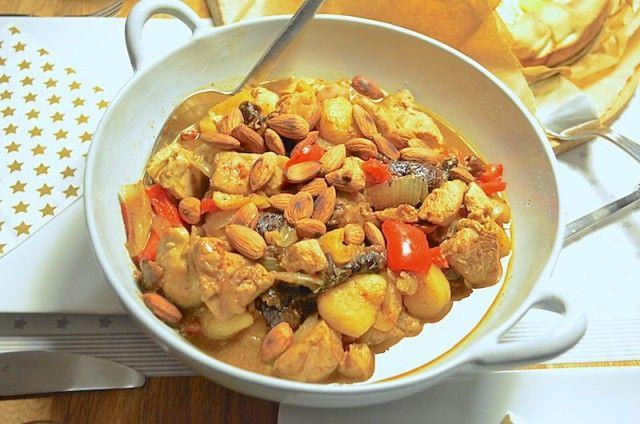 Deze Marokkaanse kip tajine met pruimen en abrikozen is gemaakt in de Tajine.