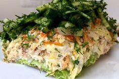Норвежский салат консервированная горбуша (или другие консервы) — 2 банки луковица — 1 шт. морковь — 1 шт. свежий огурец 2-3 шт. укроп 50 гр рис -120 гр салатные листья лимон соль, перец , майонез