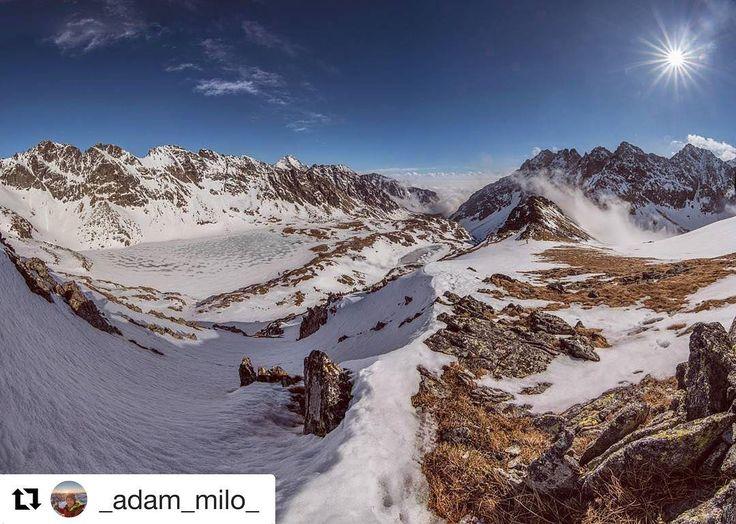Krásny piatkový slnečný deň prajeme  #praveslovenske od @_adam_milo_  Panoráma zo slnečného Tatranského sedla. Tu ťa opáli lepšie ako kdesi vymrožený na pláži  #slovensko #slovakia #tatramountains #landscape #nature #winter #snow #hiking #adventure #rocks #hills #peaks #bluesky #sun #clouds #inversion