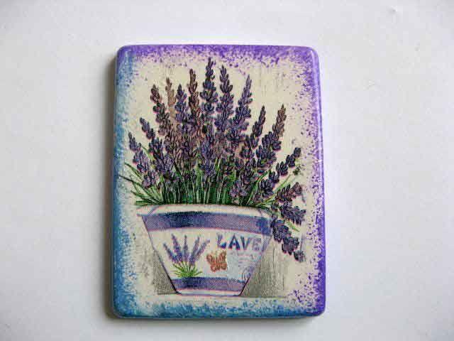 #Magnet cu #flori de #lavanda, magnet #frigider cu #flori #mov. #Produs #lucrat manual din categoria produse #decoratiuni pentru #casa si #gradina. Un magnet realizat din #ipsos cu un #design de #ghiveci de flori de lavanda / flori  mov si un #fluture http://handmade.luxdesign28.ro/produs/magnet-cu-flori-de-lavanda-magnet-frigider-cu-flori-mov-25232/