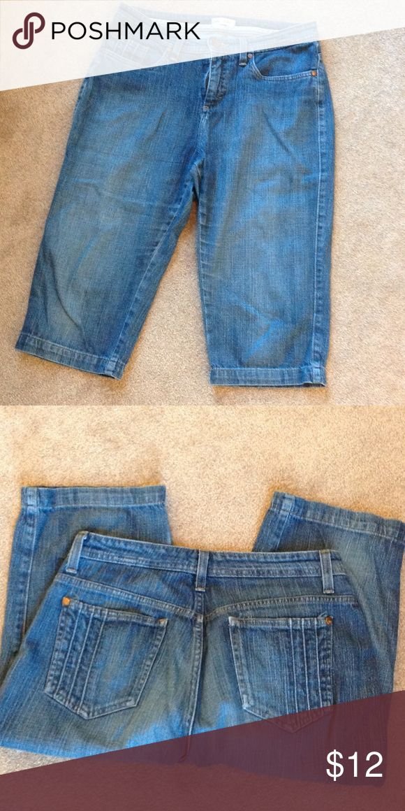 Lee Jean capris 99% cotton 1% spandex. 17 inch inseam. Lee Jeans Ankle & Cropped