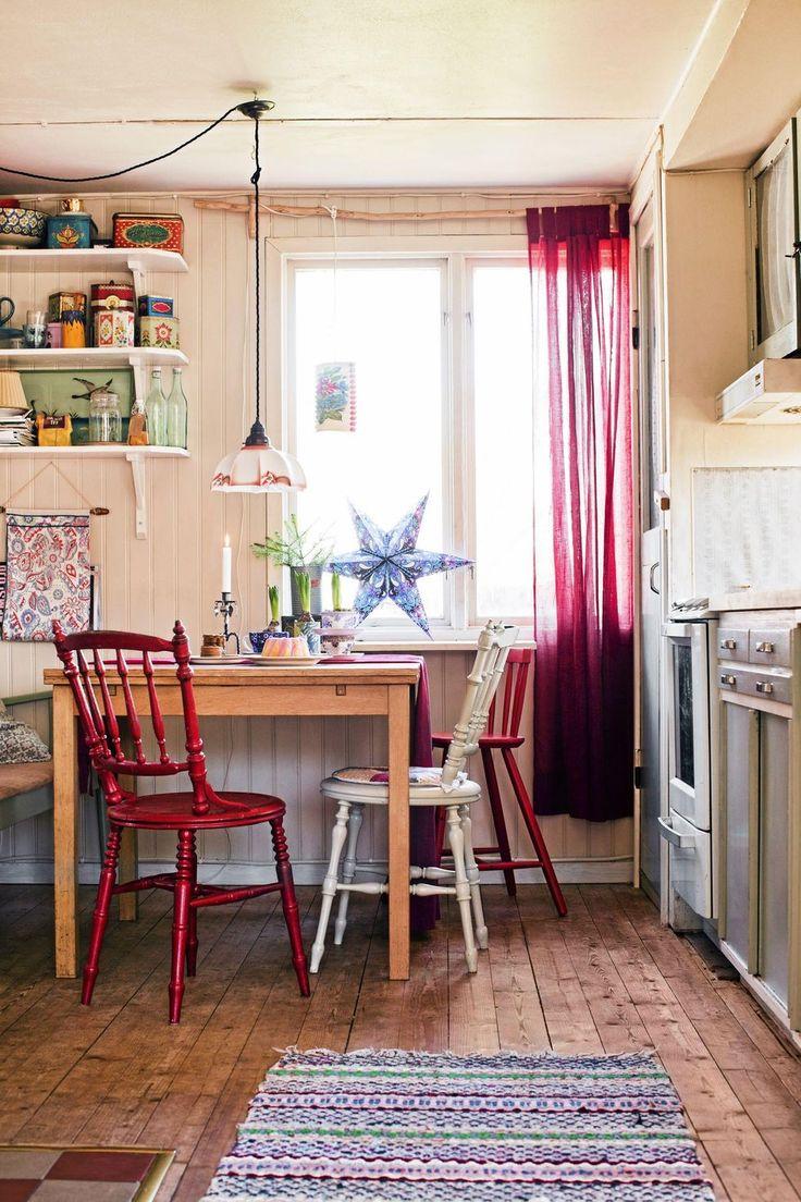 Köksskåpen från 90-talet revs ut. De ersattes av ett 50-talskök med trästommar, köpt på Blocket och målat med linoljefärg. Även vitvarorna är begagnade. Pinnstolar och matta från loppis.