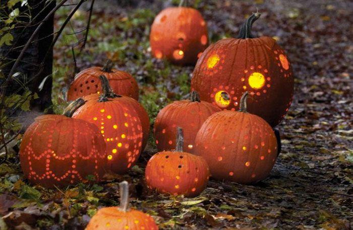 Hur gör man en pumpa till halloween? Vi tipsar om bilder och mönster som enkelt guidar till den vackraste pumpalyktan.