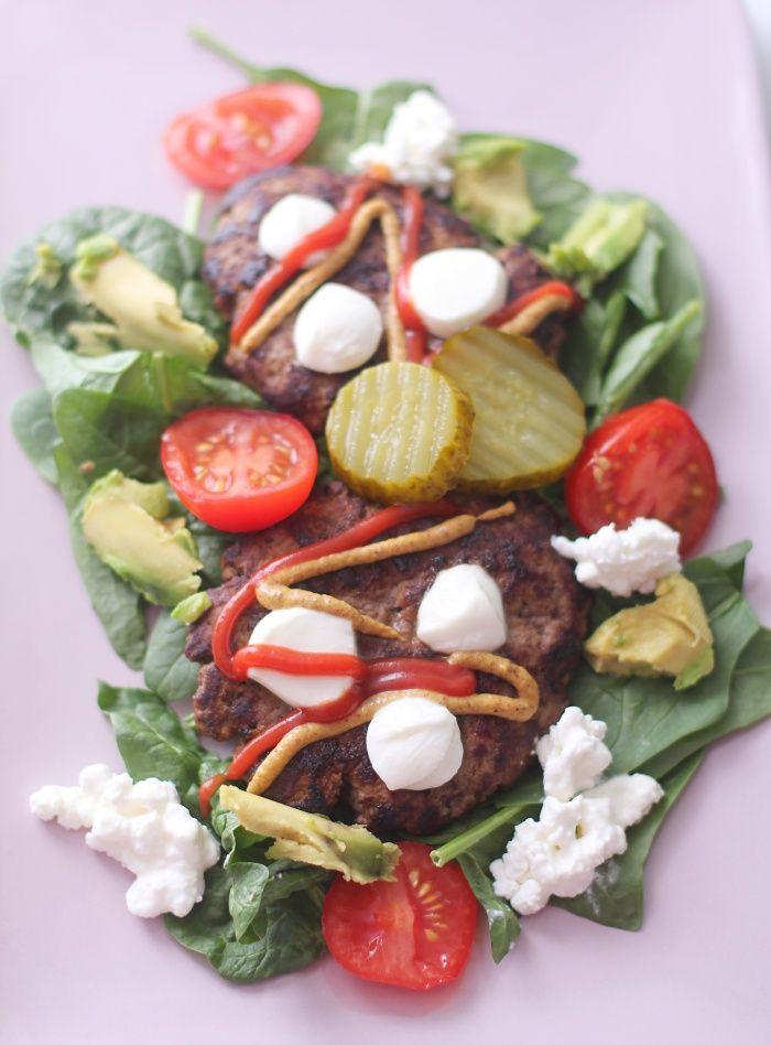 Enkel burgertallerken: 400 g karbonadedeig salt og pepper 2-4 ss mozzarellaost 2 ss cottage cheese 1/2 avokado 2-3 tomater en neve spinat Ketchup, sennep og sylteagurk