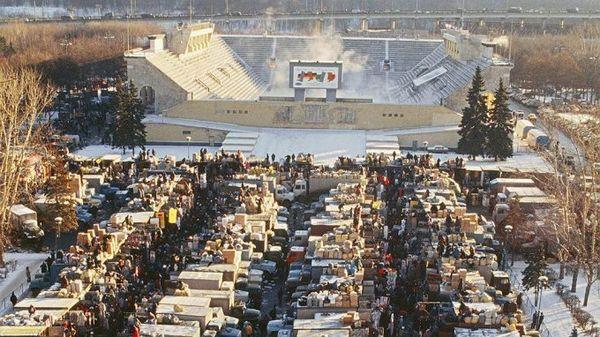 Вещевой рынок в Лужниках, 1990-е.