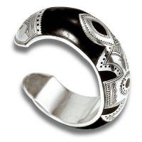 Très belle pièce, bracelet en bois d'ébène et argent 925: http://www.laoula-bijoux.com/bijoux-ethniques-bracelet-touareg-rond-en-ebene-et-argent-chourouk-br22-bracelet-bois-touareg.htm
