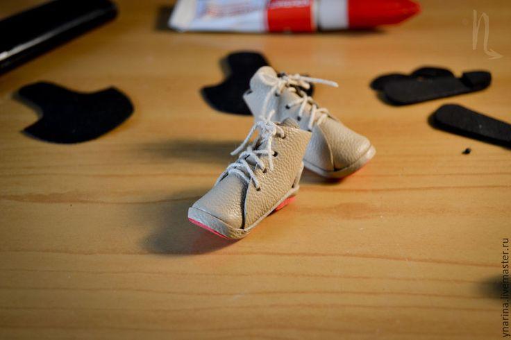 В свое время была озадачена способом изготовить аккуратную обувку для кукол с изогнутой ножкой (Монстр Хай и Эвер Автер Хай). Найти мастер-класс на эту тему не смогла, поэтому путем проб и ошибок нашла свой способ изготовления ботиночек (сапожек) на основе обычной человеческой выкройки. Хочу поделиться с теми, кому интересно. Итак, приступим! Нам понадобятся следующие материалы: натуральная