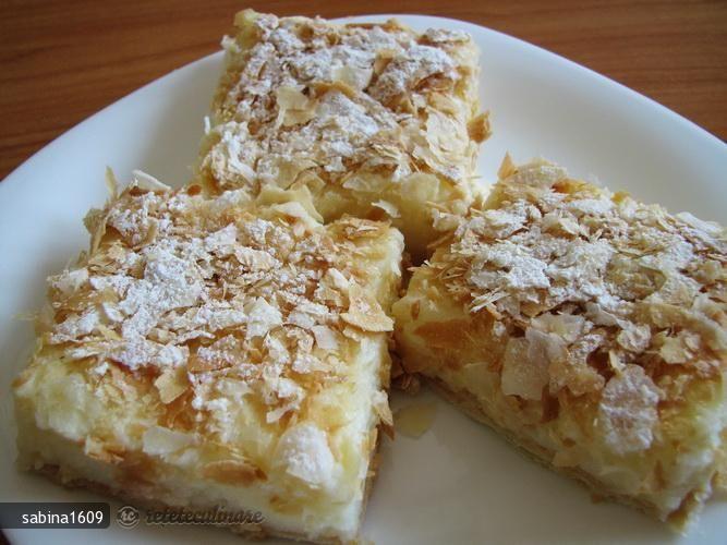 Separam ouale, batem bine albusul cu un pic de sare, galbenusurile le frecam cu zahar si zaharul vanilat. Punem la fiert jumatate din cantitatea de lapte, iar in cea ramasa punem amidonul si amestecam. Cand fierbe laptele ...
