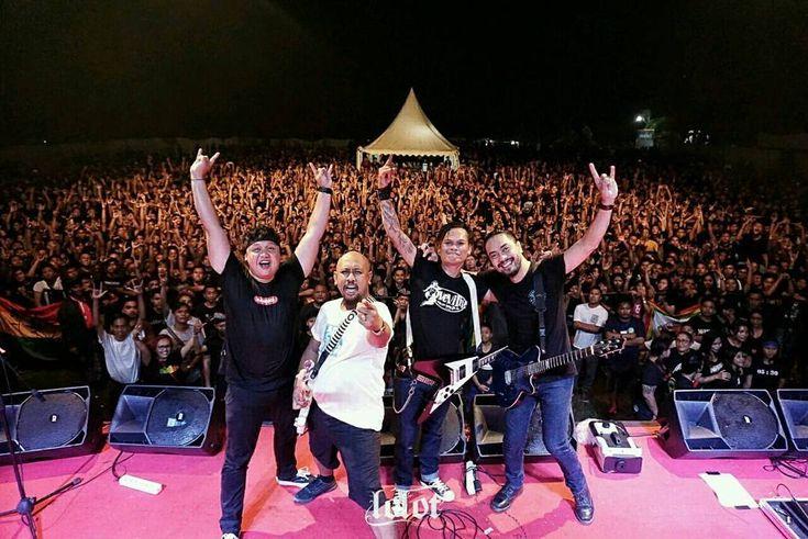 Masyarakat Bali pasti sudah kenal dengan Lolot Band. Band yang pertama kali terbentuk di bulan Agustus 2001 ini, akhirnya membuat album di tahun 2003. Di album pertamanya, Lolot Band memberikan nuansa baru di industri musik. Dimana pada waktu itu, masih sangat jarang band membuat dan membawakan liri
