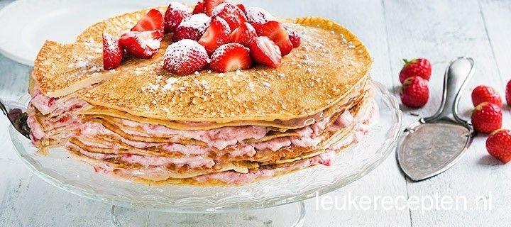 Lekkere taart bestaande uit lagen pannenkoek met een aardbeien room vulling