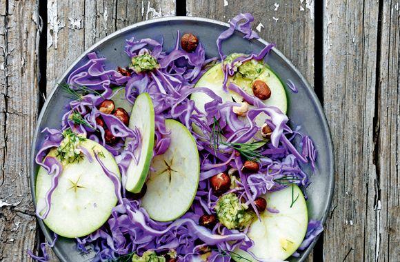 Cæsarsalat med spidskål, æble og nødder - nemlig.com