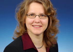 Christine Silberhorn, geboren 1974, studierte Physik und Mathematik an der Universität Erlangen-Nürnberg, wo sie anschließend am Lehrstuhl für Optik promovierte. Ihre Doktorarbeit wurde im Jahr 2003 als beste Dissertation der Universität in ihrem Fachgebiet mit dem Ohm-Preis prämiert. Im gleichen Jahr ging die junge Wissenschaftlerin an die Universität Oxford. Von 2003 bis 2004 wurde sie als Junior Research Fellow am Oxforder Wolfson College aufgenommen.