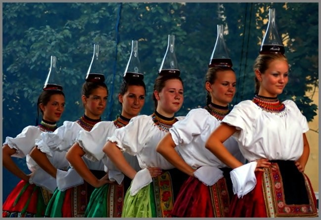"Hungarian folk dance with wine bottles called ""Üveges"""