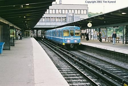 Liljeholmen, northbound train arriving