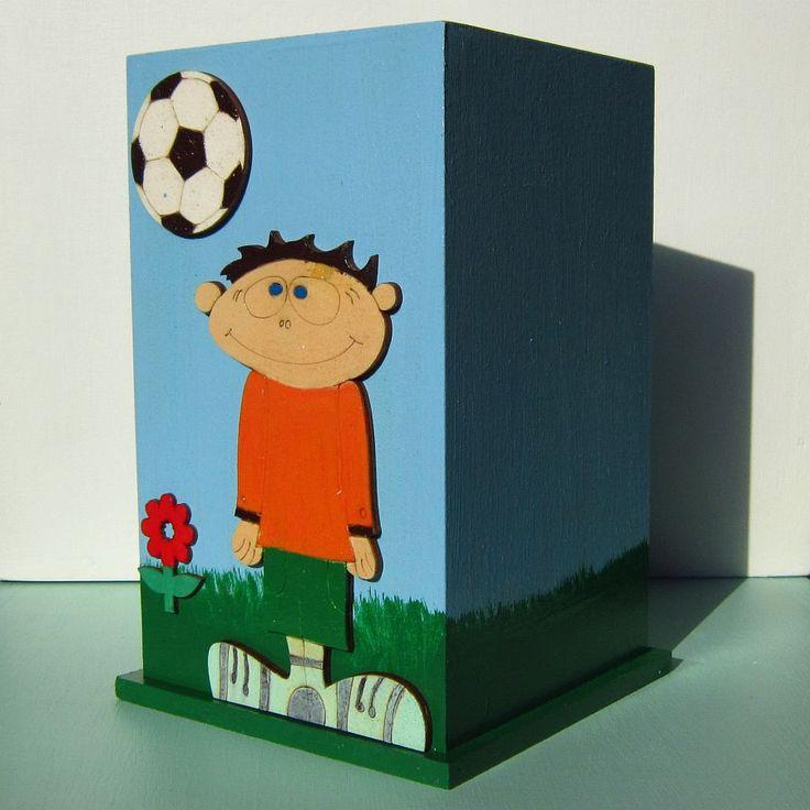 Stojánek fotbalista Originální dřevěný stojánek zdobený fotbalistou, míčem - kopačákem a květinou na fotbalovém trávníku. Natřeno barvou vodou ředitelnou, zdravotně nezávadnou. Na závěr přelakováno bezbarvým lesklým lakem. Stojánek je vhodný pro všechny vyšší předměty, které chcete mít přehledně uspořádané. Vhodně jako žertovný dárek. U nás je ve ...