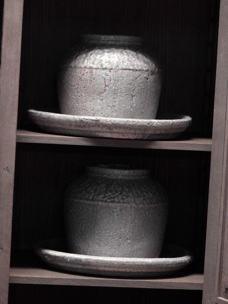 PTMD potten met schalen. Prachtige opvulling in een kast met vakken. Leuke tip: Doe één kastdeur dicht en de ander open zodat deze prachtige potten zichtbaar zijn.