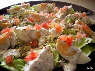 Sałata z jajkami, kiełkami i pomidorem