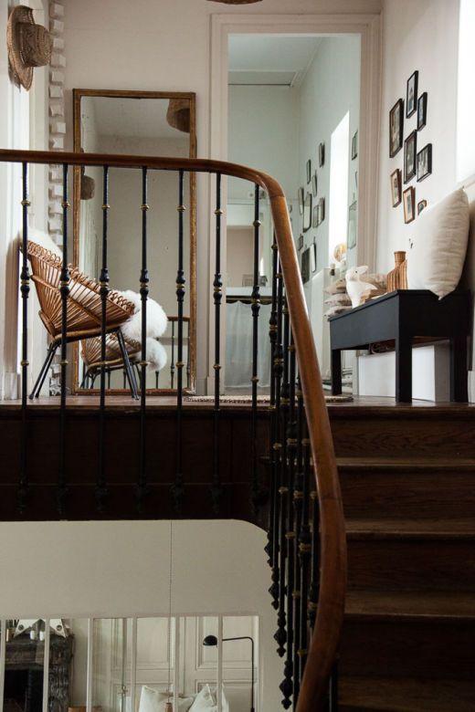 Couloir-dun-etage-ambiance-bois-noir-et-blanc