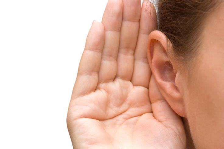 Escucha activa. Deja de lado cualquier otra tarea que estés realizando. La idea es descubrir qué es lo que desea o necesita el que llama. Involúcrate activamente en la conversación. Cuanto más sepas y comprendas de las motivaciones e intereses de tu interlocutor, mejor será tu respuesta.