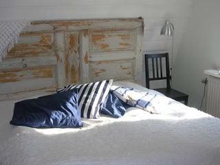 Una vieja pero encantadora puerta se ha convertido en la cabecera para un dormitorio al más puro estilo cottage