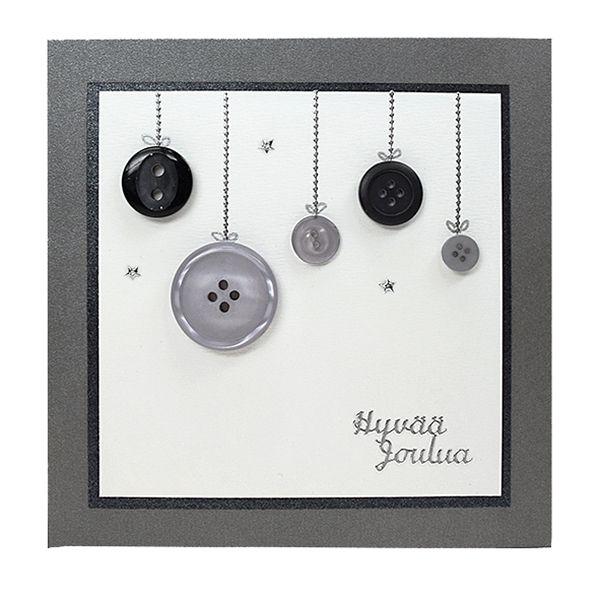 Leikkaa valkoisesta Ruska-kartongista korttipohjaan sopiva pala ja kehystä se mustalla helmiäiskartongilla, kiinnitä korttipohjaan kaksipuolisen liimateipin avulla. Kiinnitä napit korttiin korukiviliimalla. Kiinnitä nappien yläpuolelle pätkät ääriviivatarranauhaa. Koristele kortti ääriviivatarratekstillä ja pikkuisilla ääriviivatarratähdillä. Halutessasi voit piirtää hopeiselle geelikynällä pienet lenkit joulupallojen ripustusnaruihin.