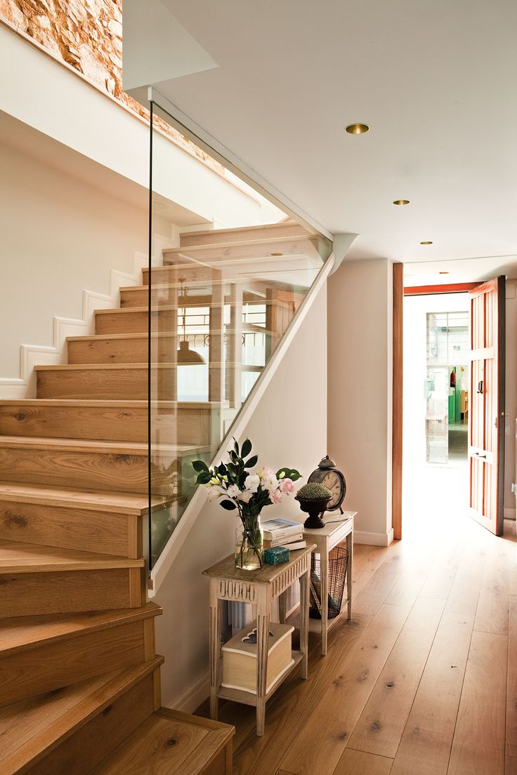 escalera con peldaos de madera y barandilla protectora de cristal