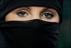 Ancak II. Abdülhamid güvenlik endişelerinin yanı sıra siyah çarşaf giyinmiş ve ince siyah peçe örtmüş kadınları gördüğünde, bu kılığın Hıristiyan kadınların matem giysilerine benzediğini düşünür, Müslüman kadınlara yakışmayacağına karar verir. (Cihan Aktaş / Tanzimat'tan 12 Mart'a Kılık-Kıyafet ve İktidar)