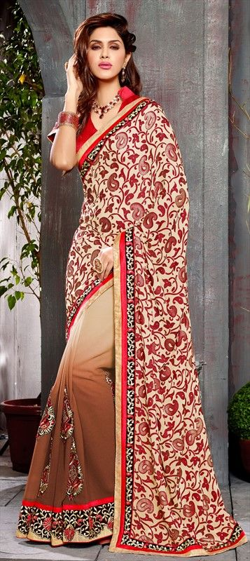 Persian Carpet's art in Indian #saree! Check out the flowy floral #embroidery on the saree's pallu. #Women #Fashion