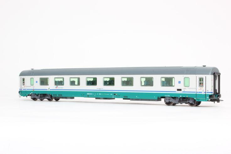 HL5020  Set 2 carrozze Gran Confort Tipo 1985 in livrea XMPR, nuovo logo FS Trenitalia (1 scompartimenti, 1 ristrutturata). Ep. VI.
