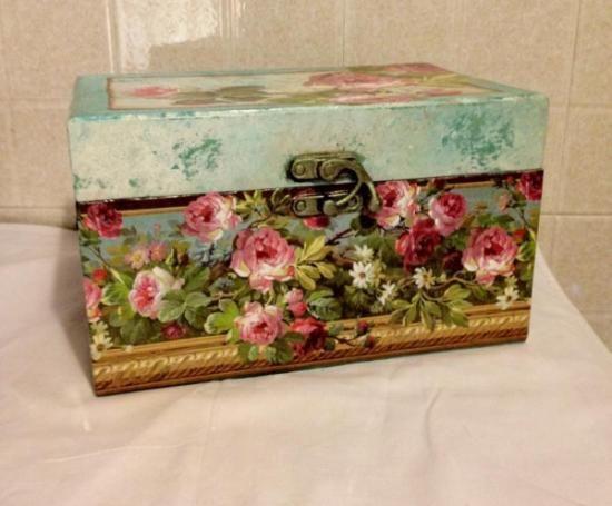 ... bauletto,carta decoupage fiori,colori acrilici decoupage scatola