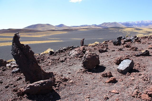Payunia, el desierto negro, Mendoza.  Payunia es un territorio apenas explorado, y sólo para afrontar con un guía conocedor del terreno. Se encuentra al sur de Mendoza, provincia argentina. Hace millones de años, los volcanes dejaron una huella para la eternidad, en forma de un desierto de color negro donde tímidamente aflora la vida.