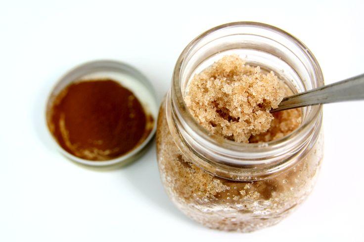Prosty i łatwy przepis na peeling cynamonowy.  Zmieszaj: -0,5 szklanki cukru -3 łyżeczki cynamon -2 łyżki oliwy z oliwek  Peeling ma działanie rozgrzewające i antycellulitowe.    Polub stronę: https://www.facebook.com/zrobswojkosmetyk/