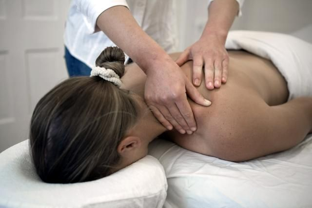 What is deep tissue massage? Does it hurt? Get a description of this popular massage technique and find out the benefits and possible side effects.