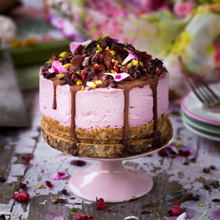 Chocolate Covered Raspberry Cheesecake (Raw, Vegan, Gluten Free) Ingredients: 1 1/4 cup soaked cashews (cover with water for 4 hours or overnight in fridge) 2 @thatsitusa apple coconut...