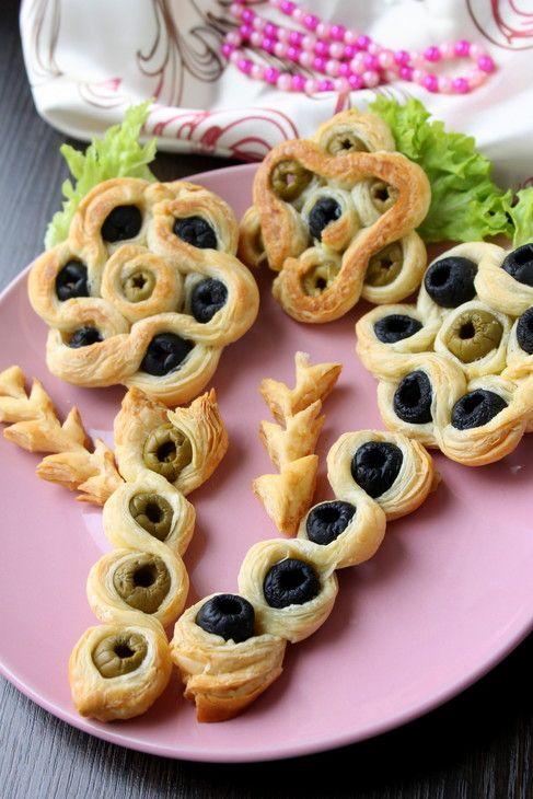 Классная идея для симпатичной закусочной выпечки СЛОЕНЫЕ ЦВЕТЫ С МАСЛИНАМИ И ОЛИВКАМИ   http://www.koolinar.ru/recipe/view/123929