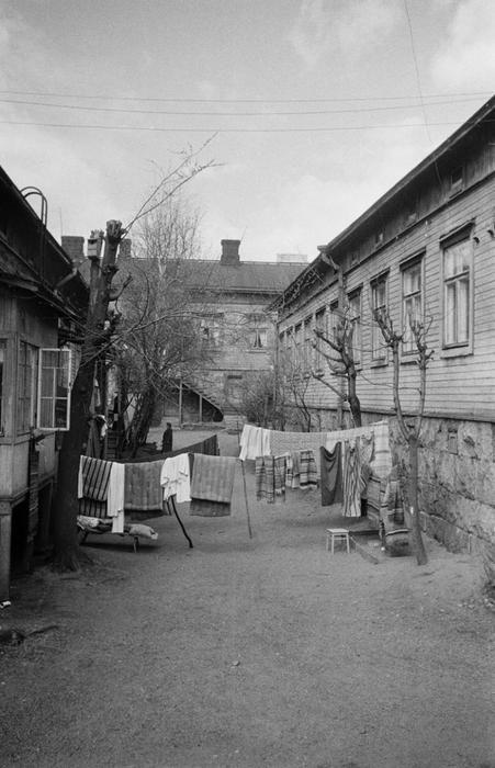 Andra linjen 23–25, bild från innergården på 1950-talet. Foto Eino Heinonen. Helsingfors stadsmuseum.