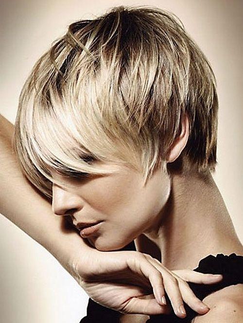 Cette jeune femme aux cheveux soyeux a choisi une jolie coupe courte. Même si la nuque est dégagée, les cheveux du dessus de la tête sont to...