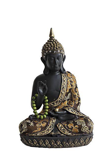 Handmatig uit polystone gegoten Thaise meditatie boeddha urn uit eigen import, inktzwart met oudgouden accenten, met 0.5 liter as-inhoud. Voor een klein deel van de as van een dierbare. De bekleding is gemaakt van echte, zachte stof. Met gouden bloemen, drakenmotieven en bruin sierlint. In zijn ietwat verweerde hoofdtooi zitten 9 diamant geslepen glazen steentjes. Om zijn rechter arm hangt een jade-groene mala gebedsketting, met 18 kralen. In zijn linker hand ligt een gouden parel.