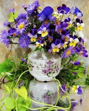 Kék árvácskák vázában
