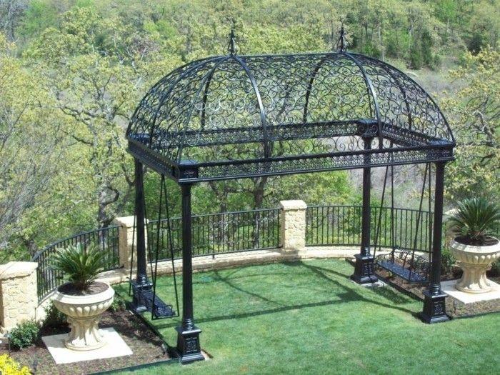 pergola noire en fer forgé, type gloriette, installée sur une terrasse, une vue spectaculaire sur un paysage forestier