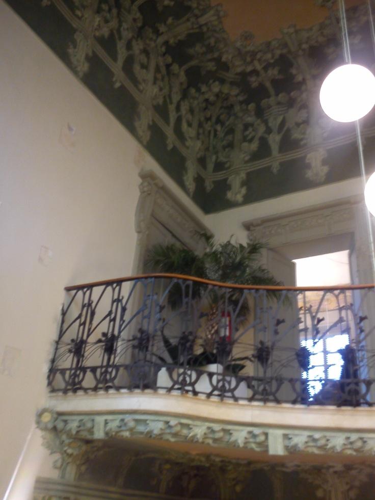 #invasionidigitali #cernobbiovillabernasconi (26 aprile 2013, ) particolare della scala in ferro battuto e del decoro floreale in stucco dell'atrio della Villa Bernasconi, la villa della seta, gioiello liberty di Cernobbio Fotografato da Cristina Moreschi — presso Villa Bernasconi Cernobbio.