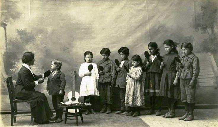 Amasya-1910 Merzifon Ermeni Sağırlar Anadolu Koleji öğrencileri ayna karşısında eğitim yapıyor.