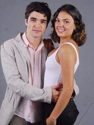 """""""Camila"""" es una chica brasileña, alegre e impulsiva. Sus padres son divorciados y ella vive con su madre y su hermana mayor. Al principio de la telenovela, ..."""