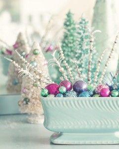 #Kersttrends volgen vaak de trends in mode. En als je om je heen kijkt in een gemiddelde kledingwinkel, ontkom je niet aan de romantische pastels. Lieflijk roze, zacht mintgroen, lila en lichtblauw. Niet verwonderlijk dus dat pasteltinten met kerst 2013 helemaal hip zijn aan je boom en in je huis. Romantisch wegdromen kun je bij deze trend. Het mag in paarstinten, in groentinten, maar ook een combinatie. Handgemaakte decoraties met een 'touch of pastel' worden het helemaal eind dit jaar!