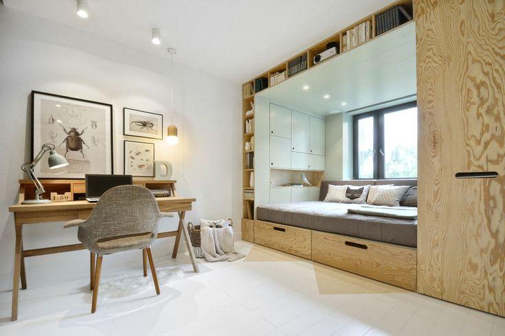 кровать с встроенными ящиками у окна в маленькой детской