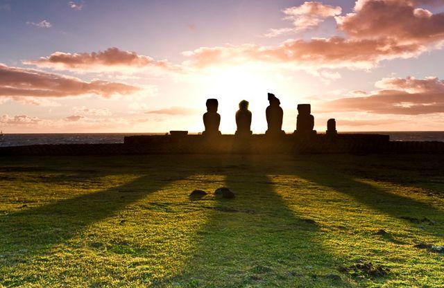 Localizada no Sul do Pacífico a mais de 3.200 km da costa chilena, a Ilha de Páscoa não é o lugar mais fácil de acessar, mas o isolamento ajudou a preservar a misteriosa congregação de 1.500 anos de esculturas de rocha vulcânica os Moai que fizeram a fama da ilha. Depois de explorar as paisagens única da ilha, relaxe em uma praia deserta e medite em um dos lugares mais misteriosos da Terra.