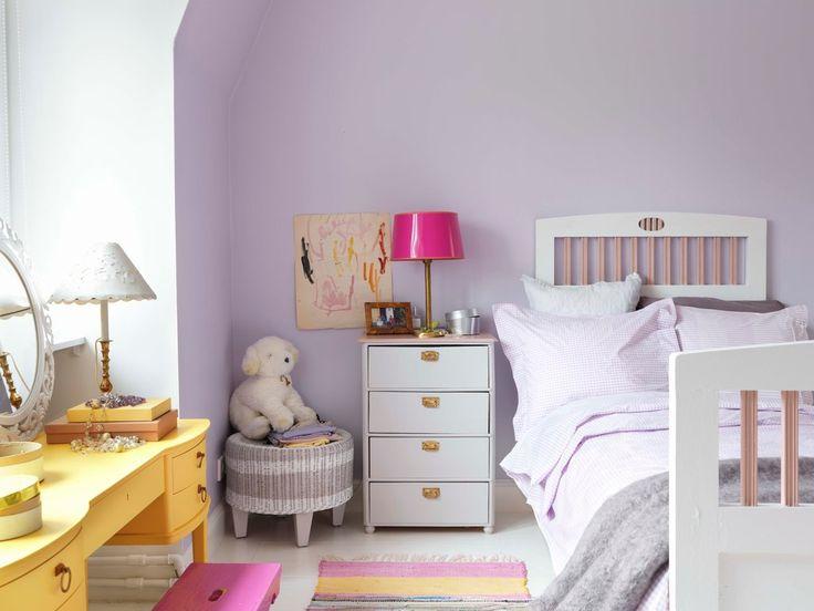 En pastelldröm. Flera nyanser av lila färg skapar en harmonisk känsla i barnrummet.