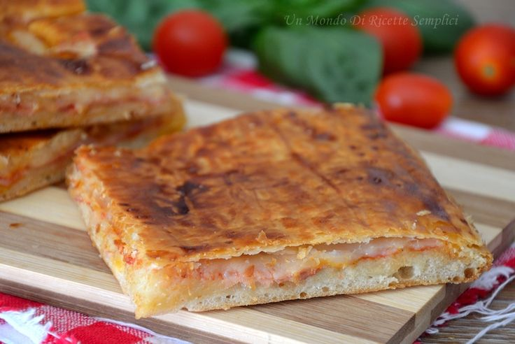 La pizza parigina è una pizza napoletana composta da uno strato di pasta della pizza, farcita e sigillata con uno strato di pasta sfoglia.