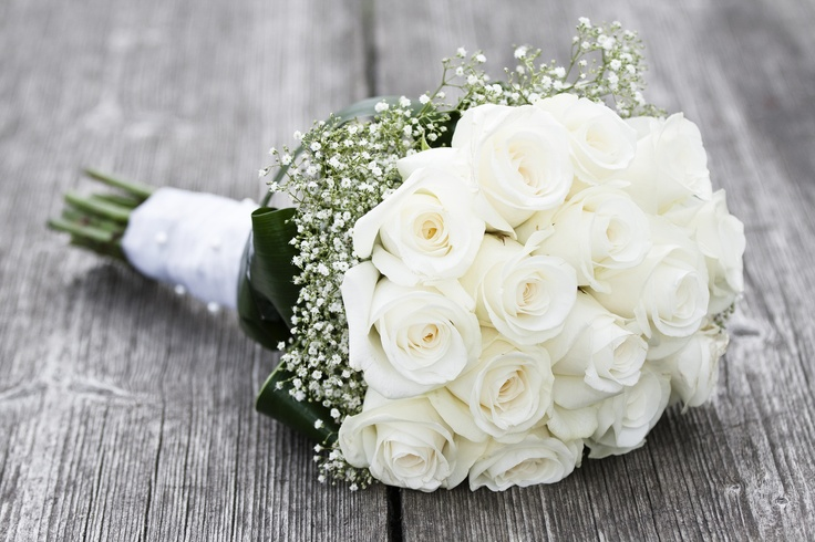 bouquet di rose bianche e gypsophila