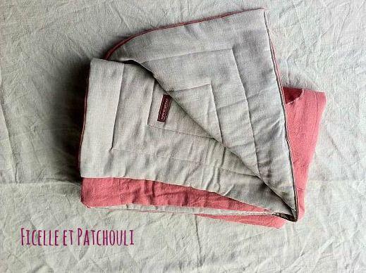 Plaid 100 %, vieux rose et gris : 95 x 125 cm, pour mettre au pied du lit, au bord du canape, ou sur le lit de bebe… Ficelle et Patchouli